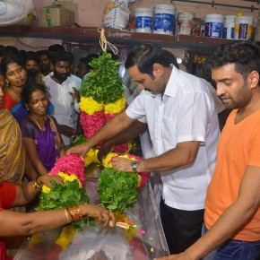 Celebrities-pay-their-last-respects-to-Santhanams-Father-13