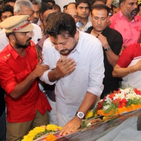 Celebs and public pay respects to Kalabhavan Mani (10)