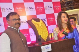 Trisha-Inaugurates-NAC-Jewellers-Necklace-Mela-Photos-14